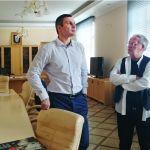 Gerd Ludwig übergibt Buch an Vitali Klitschko